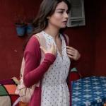 Meryem dizisi 8. bölümde Meryem karakterinin giydiği puantiyeli beyaz elbise ve kırmızı hırka markası araştırılıyor