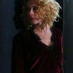 Meryem dizisi 9. bölümde Derinin giydiği yakası siyah dantelli kruvaze bordo kadife bluz nerden? markası araştırılıyor