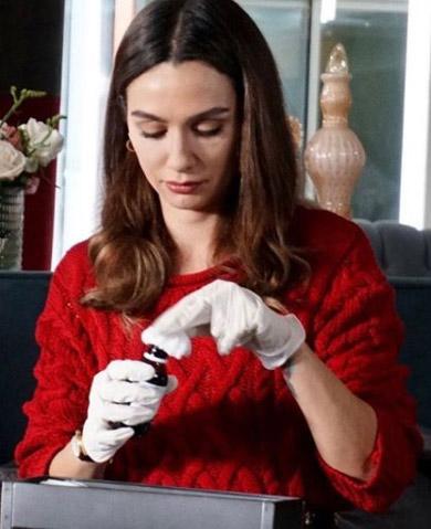 Siyah Beyaz Aşk 6. bölüm Aslı'nın kırmızı kazağı Love My Body markadır.