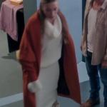 Fi Çi Dizi Kıyafetleri 4. Bölüm Duru'nun krem rengi triko elbisesi duru kiremit rengi kaban markaları araştırılıyor. Duru beyaz botlar Nine West.