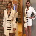 Dolunay dizisinin son bölümünde Alara Bozbey in giydiği önleri siyah şeritli beyaz elbisenin markası Pınar Tekgöz