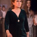 Fazilet Hanım ve Kızları dizisinde Nazan Kesal'ın canlandırdığı Fazilet karakterinin giydiği kadife elbisenin markası Gusto