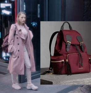 Fi Çi 3 Duru kırmızı sırt çantası ve pudra trençkot Burberry marka