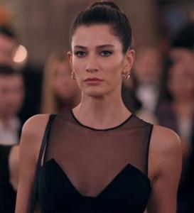 Fi Çi Dizi Kıyafetleri 4. Bölüm Berrak Tüzünataç Özge Afife lansmanında giydiği siyah elbise ve özge küpeleri hangi marka