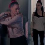 Fi 2. Sezon Kıyafetleri 3. Bölüm Serenay Sarıkaya Duru krem rengi V yaka triko kazak ve Siyah tulum
