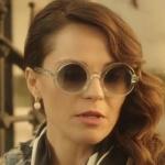 Arzu karakterinin kullandığı Güneş gözlüğü Turkuaz Optik'te. markası Monçer.