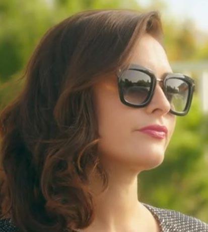 K5 Ufak Tefek Cinayetler Merve'nin güneş gözlükleri Turkuaz Optikten. Gözlüğün markası Tom Fort.