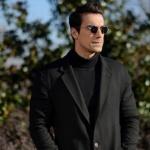 Siyah Beyaz Aşk Ferhat'ın yuvarlak güneş gözlükleri Turkuaz Optikten. Ferhat siyah kazak Efor marka. Ferhat Palto Hatemoğlu marka