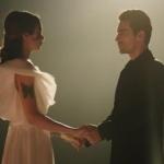 Siyah Beyaz aşk dizisinde Aslının giydiği beyaz elbise Copurs By Derya. Ferhatın takım elbisesi Pierre Cardin