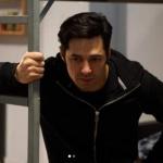 Ufak Tefek Cinayetler Serhan'ın Hapisteyken giydiği siyah sweat markası Calvin Cleain
