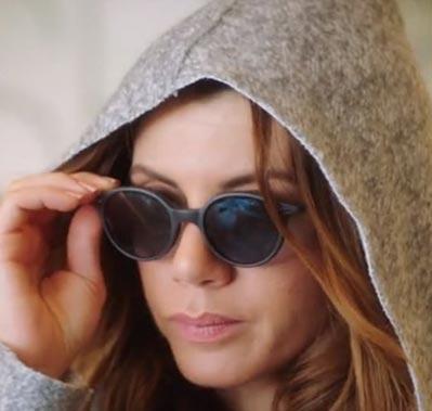 k 8 Oya karakterinin gözlükleri Turkuaz Optik sponsorluğundadır. Gözlüğün markası İtalia İn depedet