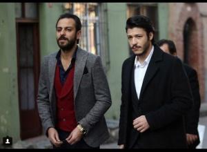 Çukur Kıyafetleri 15. Bölüm Celasun siyah kaban Altınyıldız Vartolu gri ceket Vartolu bordo yelek hangi marka