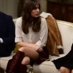 İstanbullu Gelin Süreyya'nın giydiği, yandan yırtmaçlı bordo etek Sudi Etuz markasıdır. Süreyya Bordo çizmeler ve Süreyya Gömlek markaları da web sitemizde açıklanacak