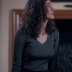Fi Kıyafetleri 2. Sezon 8. Bölüm Fi Çi Özge egeli Berrak Tüzünataç V Yaka gri triko kazak markası Que