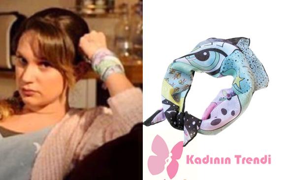 Gülizar'ın son bölümde bileğine sardığı eşarbın markası Bemine Design. Çok amaçlı ve canlı renklerden oluşan bu eşarpın fiyatı 80 TL 'den 50 TL ye düşmüş. bizden söylemesi.
