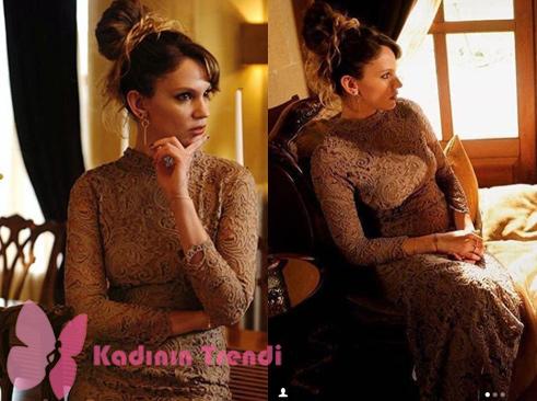 Gülizar kıyafetleri 4. Bölüm Gülizar'ın giydiği derin sırt dekolteli elbise Çiğdem Akın tasarımıdır.