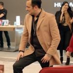 Sarp Apak'ın canlandırdığı Ozan karakterinin jet sosyete 1. bölümde giydiği kamel rengi ceketi nereden? Markası araştırılıyor.
