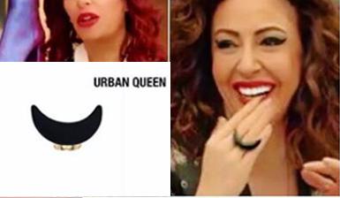 Jet Sosyete DizisindeGizem Özpamuk'un Deborah Küpesi ve Eklem Gümüş Yüzükleri Urban Queen'den Jet Sosyete Pelin Kıyafetleri Pelin Sonerin Anjelika Kolyesi ve Scarlette Yüzüğü Urban Queen Sponsorluğundadır. Pelin'in Kolyesi ve Yüzüğü Urban Queen Jet Sosyete Pelin Kıyafetleri pelinin siyah yüzüğü Urban Queen marka.