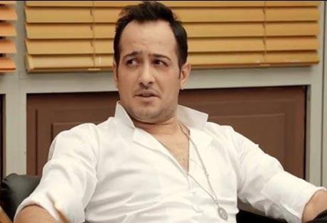 Jet Sosyete kıyafetleri 2. Bölüm Ozan karakterini canlandıran Sarp Apak'ın giydiği beyaz gömleğin markası Özge Güven.
