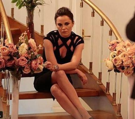 Ufak Tefek Cinayetler Arzunun giydiği siyah elbisenin markası Trendyol Milla