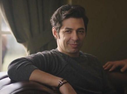 Ufak Tefek Cinayetler dizisinde Serhan'ın giydiği gri kazağı Network marka.