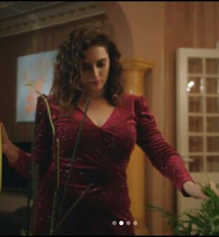 Merve'nin simli bordo elbisesi Esra Gürses tasarımıdır.