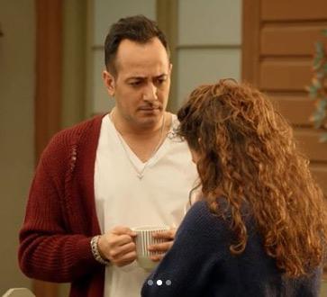 Jet Sosyete Ozan'ın beyaz tişörtü Önce Kom Giyilir marka Ozan'ın giydiği bordo hırka Mavi marka