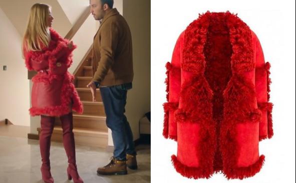 Ufak Tefek Cinayetler Dizisi son bölümde Pelin'nin giydiği kırmızı kürk ceketi Selma Çilek marka.
