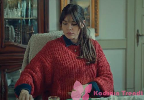 İstanbullu Gelin Süreyya'nın son bölümde giydiği kırmızı triko kazak Pull Bear marka.
