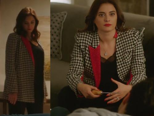 Ufak Tefek Cinayetler Kıyafetleri 23. ve 24. Bölümler Merve'nin 23. bölümün son sahnesinde giydiği kırmızı yakalı siyah beyaz kareli ceket nereden diyenler için bu ceketin markasını araştırdık. Merve'nin giydiği bu şık ceket konusunda uzman marka Jaquette By Elvan'ın çıktı. ADL Merve'nin ceket içine giydiği dantel yaka bluz ADL marka.