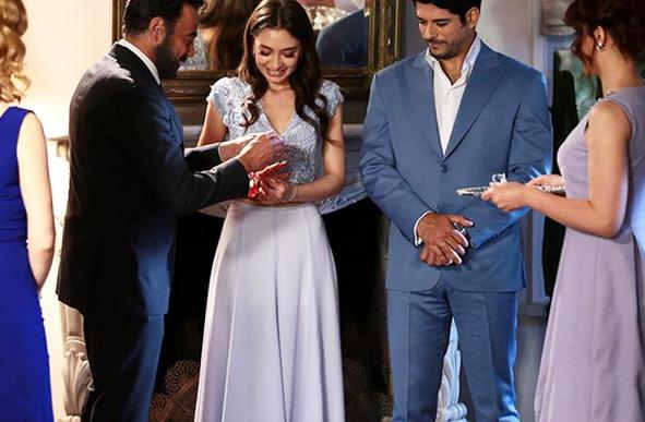 Nihan'ın giymiş olduğu mavi nişan elbisesinin markası Tuvanam.